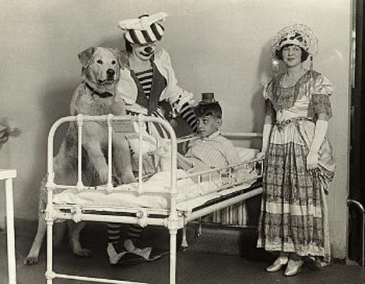 Pohjoisamerikkalainen sirkusseurue Barnum and Baileys Circus vierailulla lastensairaalassa. Noin 1920.