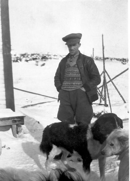 Joe Jonca ja labradorinkoiria. Jonca  ajoi tämän viimeisen koirapostin Old Fort Bay'in vuonna 1936.