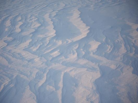Tuiskunneen lumen ja tuulen taidetta meren jäällä Helsingissä. Copyright: peninkulmilla -blogi.