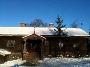 Joulusalko vanhan hirsitalon edustalla. Kuva on Ruotsista.